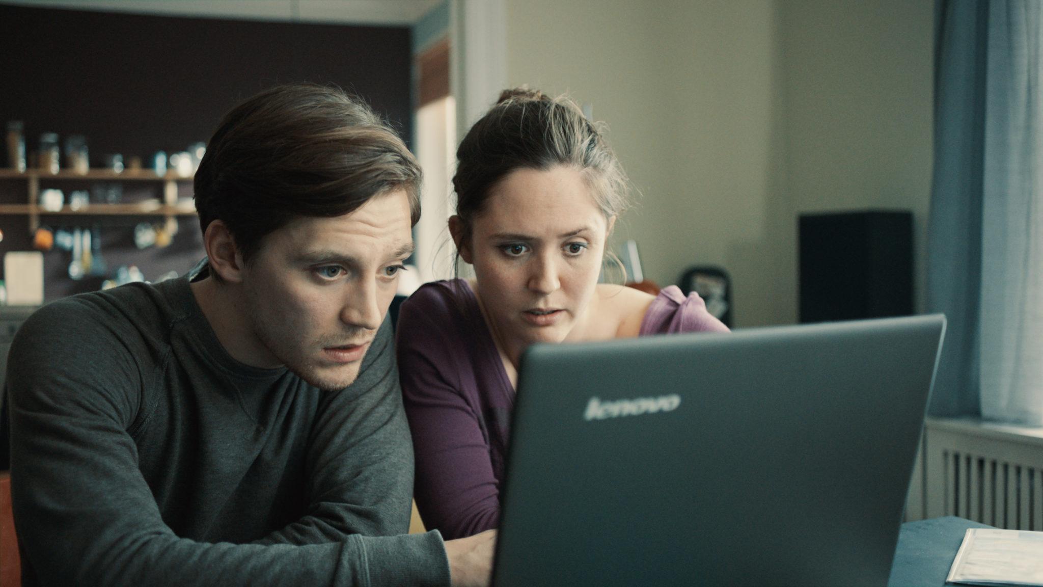 Lilly und Kumpel Max sitzen in Nur ein Augenblick in der Hamburger Wohnung und blicken entsetzt auf den Laptop.