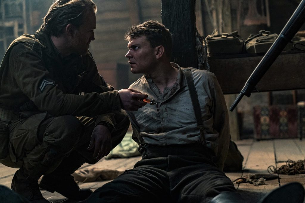 Ford (Wyatt Russell) und Wafner (Pilou Asbaek) sind in Operation: Overlord nicht unbedingt die besten Freunde. © 2018 Paramount Pictures Germany
