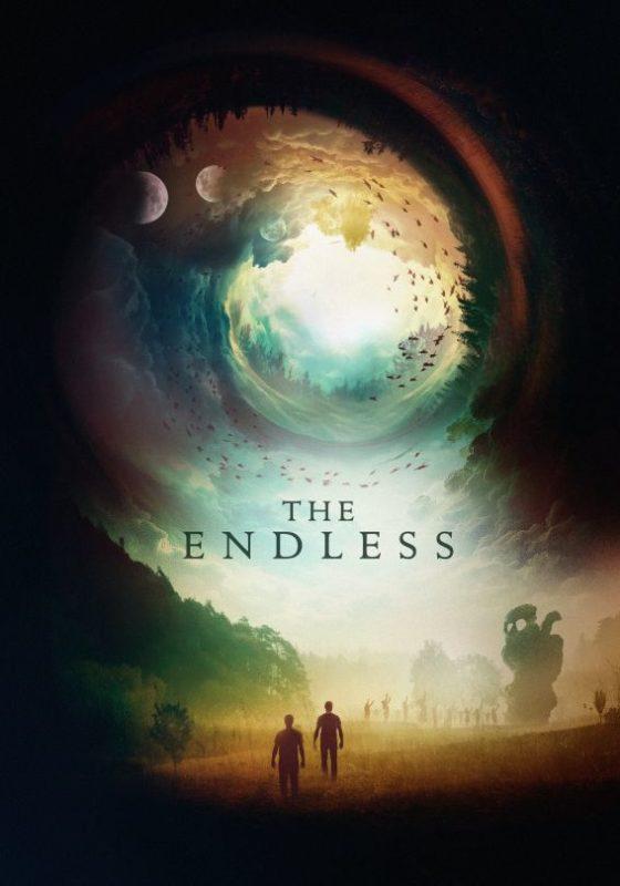 Hauptfiguren stehen klein vor einem riesigen Strudel im Himmel, in der Mitte der Titel The Endless
