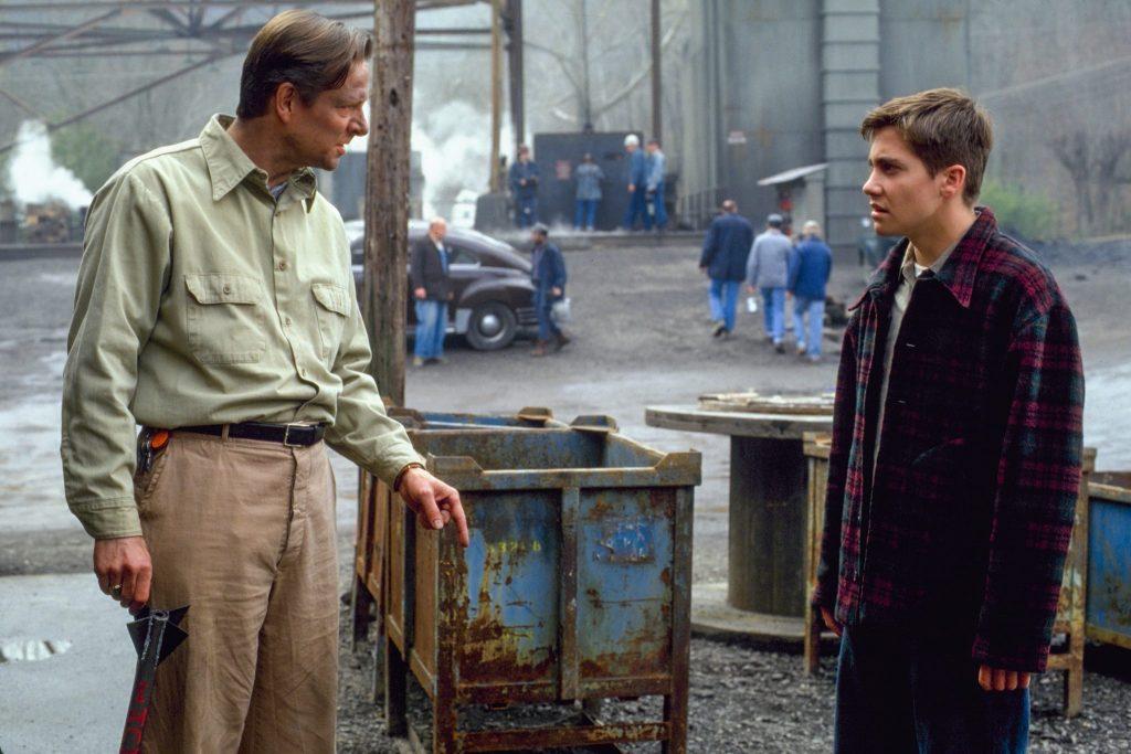 Homer Hickam (Jake Gyllenhaal ) und sein Vater John Hickam (Chris Cooper) bei ihrem alltäglichen Streit in October Sky. © Capelight Pictures