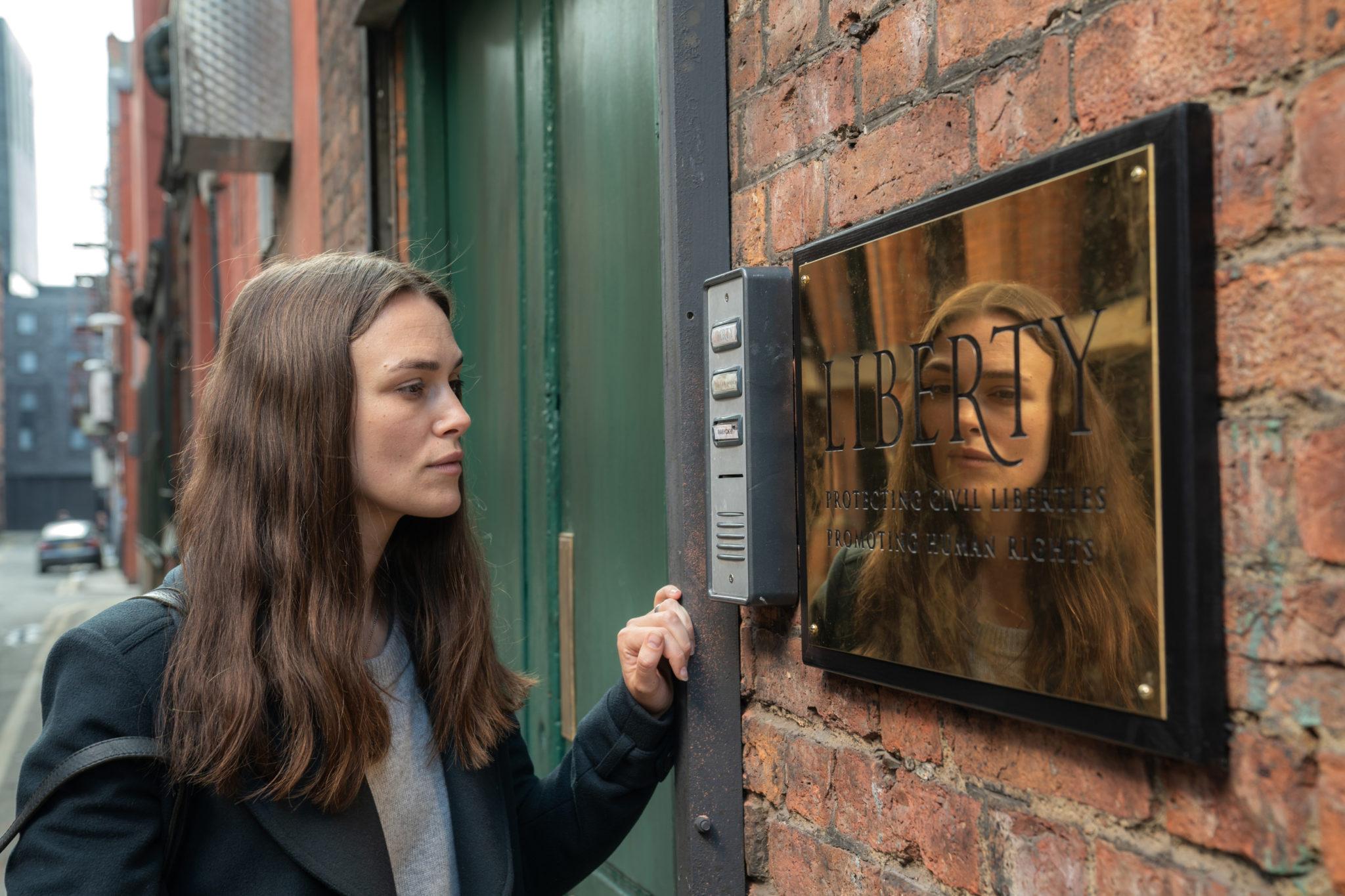 Katharine Gun (Keira Knightley) steht vor den Toren des Verteidigers Ben Emmerson (Ralph Fiennes), den sie um Hilfe bittet.
