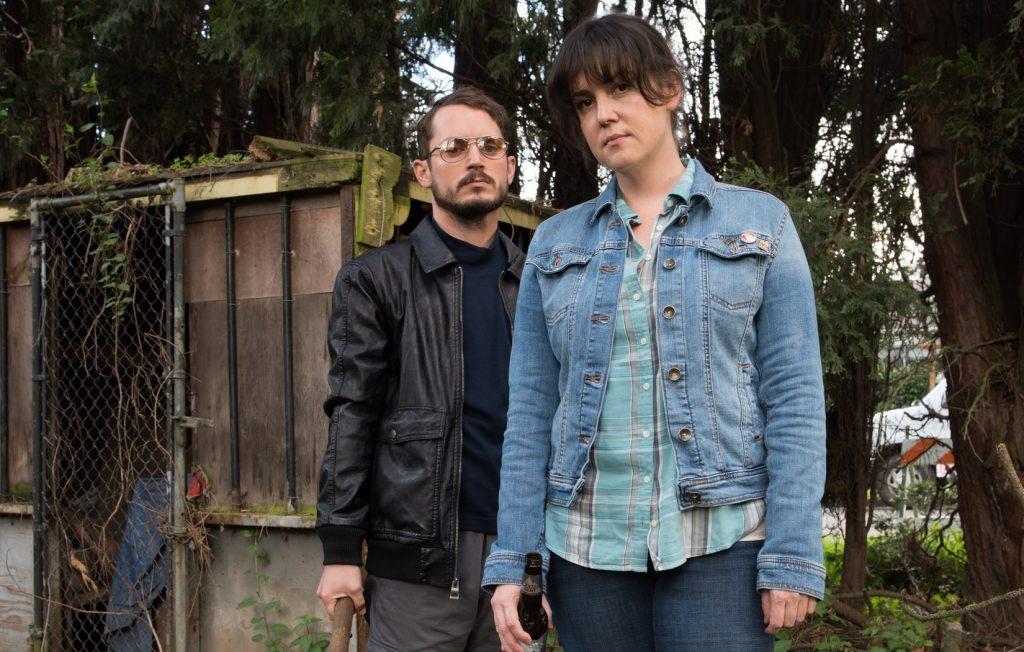 Melanie Lynskey und Elijah Wood in Fremd In Der Welt Netflix