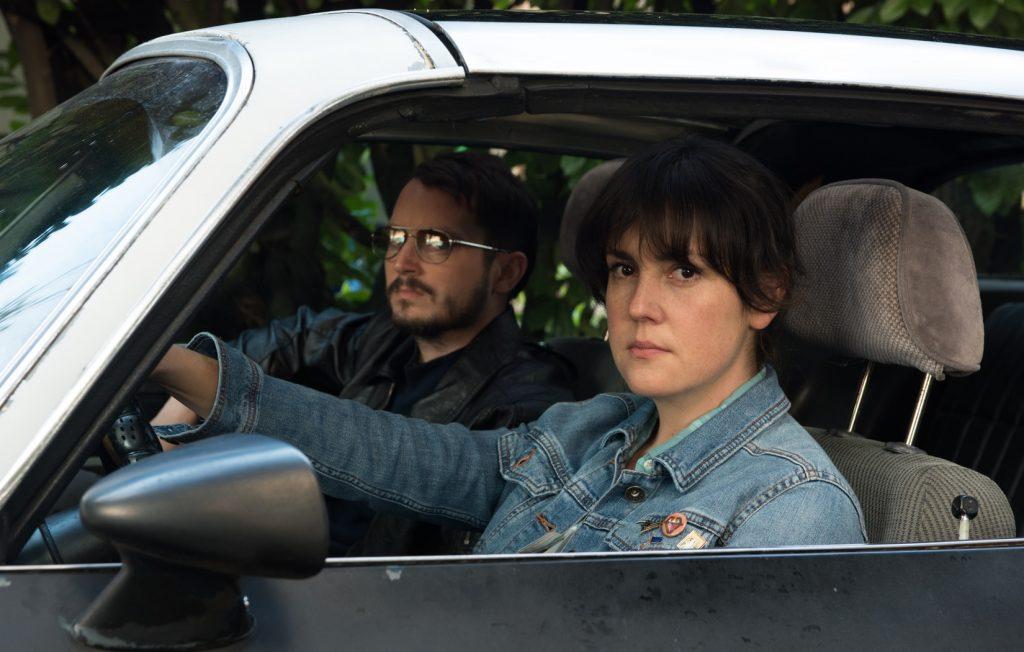 Melanie Lynskey und Elijah Wood in Fremd In Der Welt von Netflix