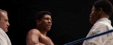 Eli Goree steht als Cassius Clay in einer Ecke des Boxrings.