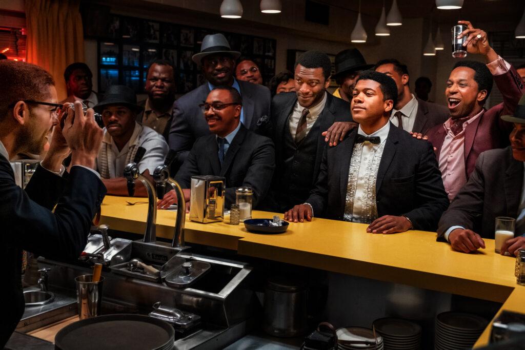 Die Truppe feiert die diskussionsreiche Nacht ausgelassen in einer Bar in One Night in Miami.