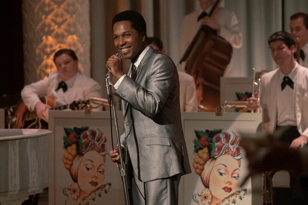 Leslie Odom jr. als Sam Cooke singt auf einer Bühne in einem silbernen Anzug.