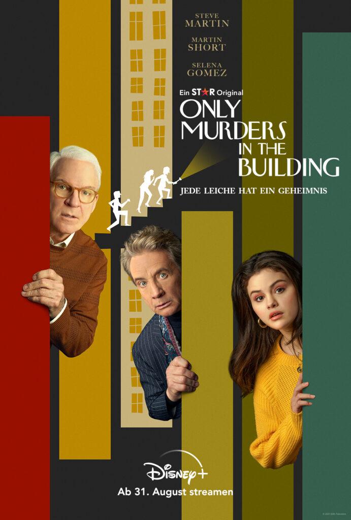 Auf dem Serienplakat von Only Murders In The Building sind Steve Martin, Martin Short und Selena Gomez abgebildet. Alle schauen überrascht hinter farbigen Balken (gelb, dunkelgrün und rot) hervor. In der Mitte ist noch eine weiße Grafik, bei der drei Personen eine Treppe hinaufschleichen.