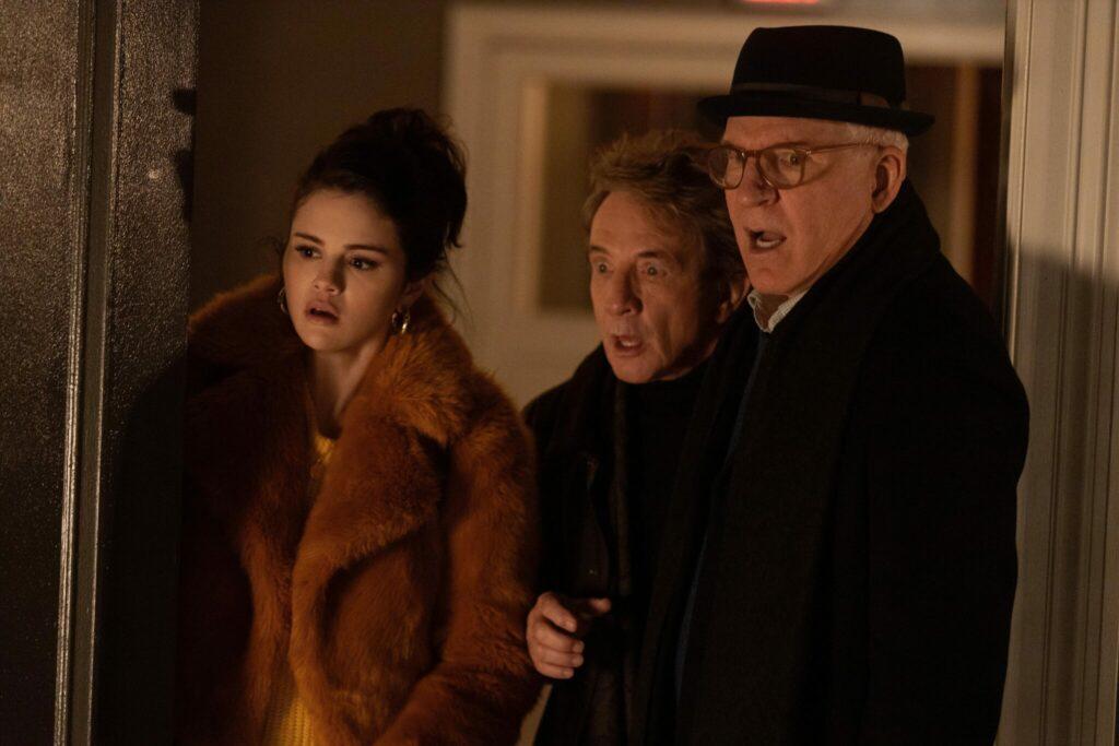 Das Trio v.l.n.r - Mabel, Oliver und Charles schaut sehr erstaunt. Sie schauen von dem Türrahmen auf etwas und ihre Gesichtsausdrücke sind erschrocken und zugleich erstaunt.
