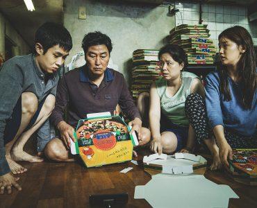Familie Kim faltet Pizzaschachteln in Parasite