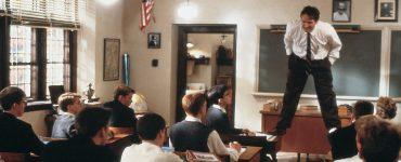 John Keating steht auf zwei Tischen im Klassenzimmer, Der Club der toten Dichter