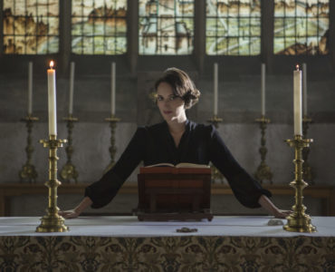 Phoebe Waller-Bridge posiert vor dem Altar in Fleabag Staffel 2