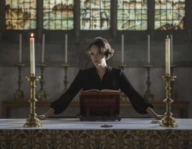 Phoebe Waller-Bridge posiert vor dem Altar in Fleabag Staffel 2