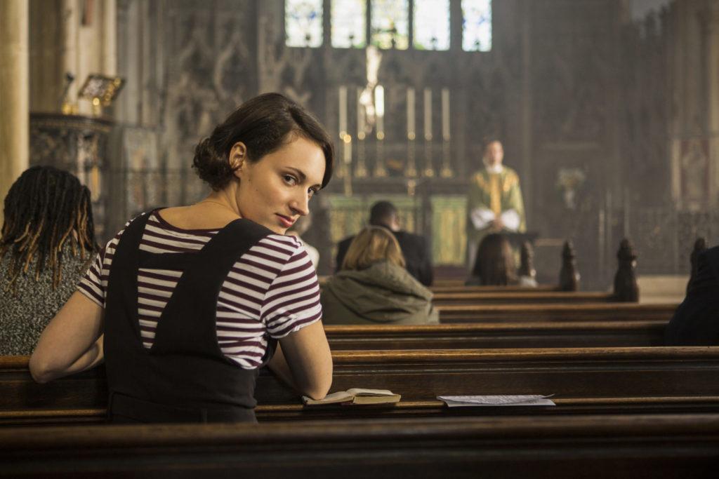 Fleabag (Phoebe Waller-Bridge) sitzt in der Kirche und schaut zum Zuschauer