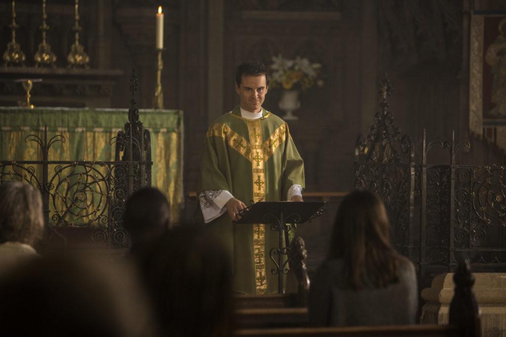 Andrew Scott spielt den Priester in Fleabag, der hier in Priestergewand eine Predigt in der Kirche hält