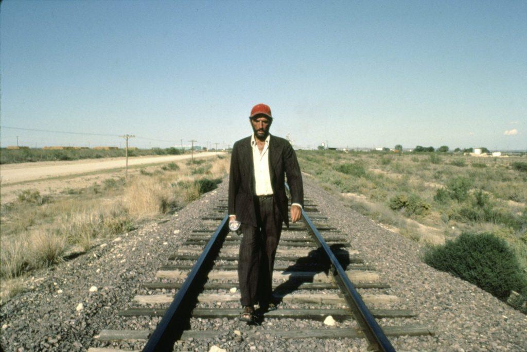 Travis (Harry Dean Stanton) marschiert in Paris, Texas einsam und verlassen durch die Wüste