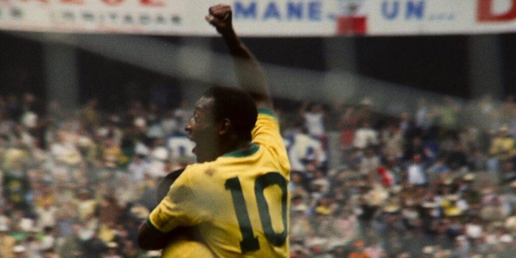 Pelé bejubelt eines seiner zahlreichen Tore - Neu auf Netflix im Februar 2021