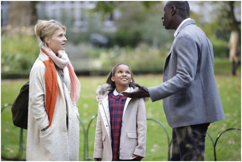 Plötzlich Papa - Der Vater diskutiert mit seiner Ex, das Kind steht dazwischen und lächelt