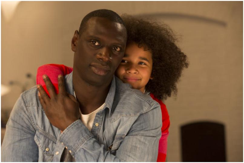 Plötzlich Papa - Die kleine Tochter umarmt ihren Vater von hinten, der innehält