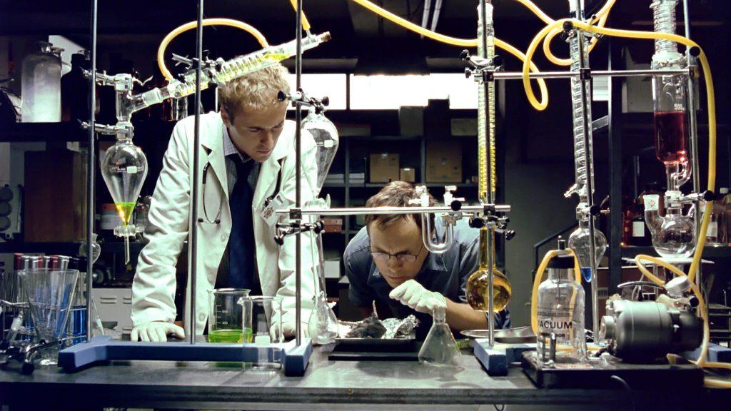 Dr. Herbert West (Jeffrey Combs) kann seine Forschung endlich wieder im großen Stil betreiben. | BEYOND RE-ANIMATOR © Capelight Pictures