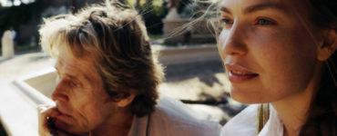 In Tommaso und der Tanz der Geister sitzen Tommaso und Nikki in der Stadt, während ein leichter Wind durch ihre Haare fährt.