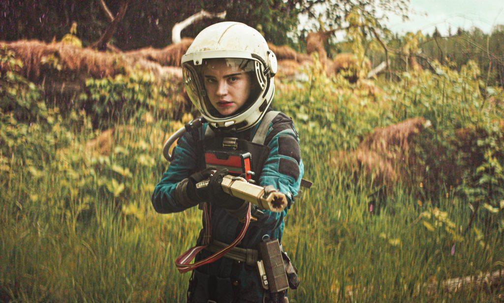 Cee (Sophie Thatcher) mit erhobener Waffe und zu allem bereit in Prospect. © Capelight Pictures