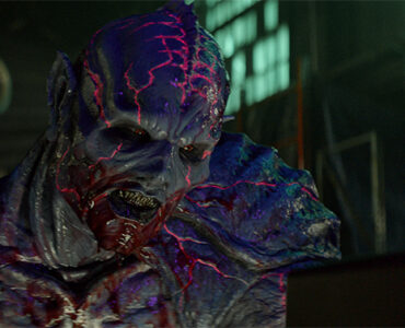 Nahaufnahme des Monsters Psycho Goreman mit gefletschten Zähnen und blutverschmiertem Mund