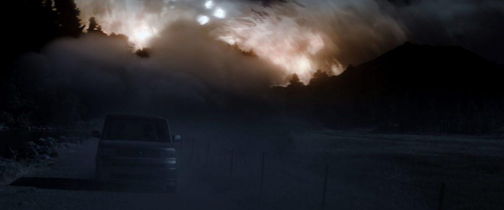 Ein Bus fährt durch die Nacht, im Hintergrund verzerrt sich die Realität