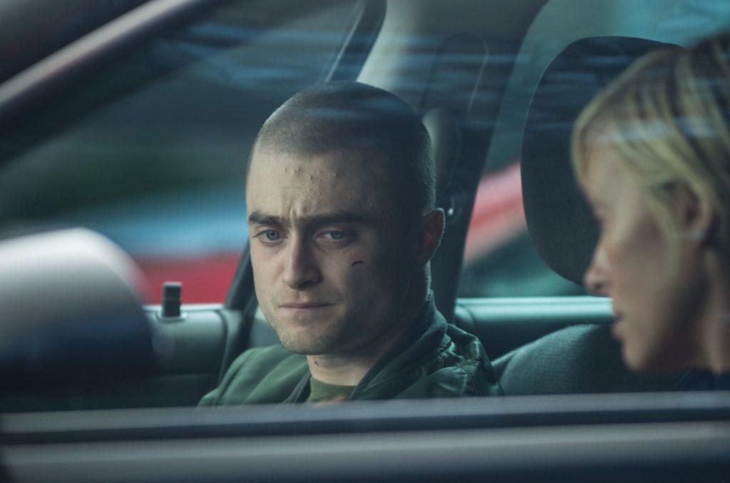 Daniel Radcliffe sitzt mit Toni Collette in einem Auto, er sieht angespannt aus in Imperium