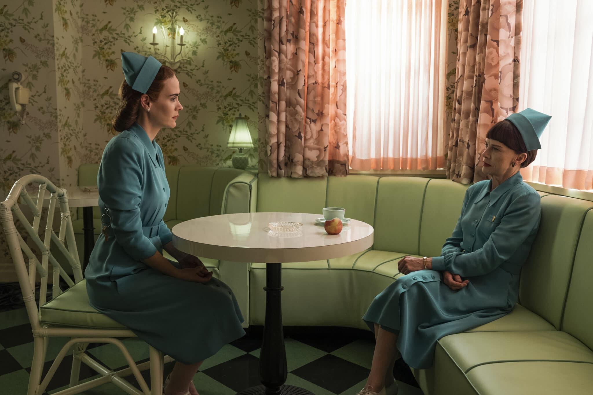 Mildred Ratched (Sarah Paulson) und Betsy (Judy Davis) sitzen sich in Ratched an einem Tisch gegenüber. Auf dem Tisch befindet sich eine Teetasse und ein Pfirsich.