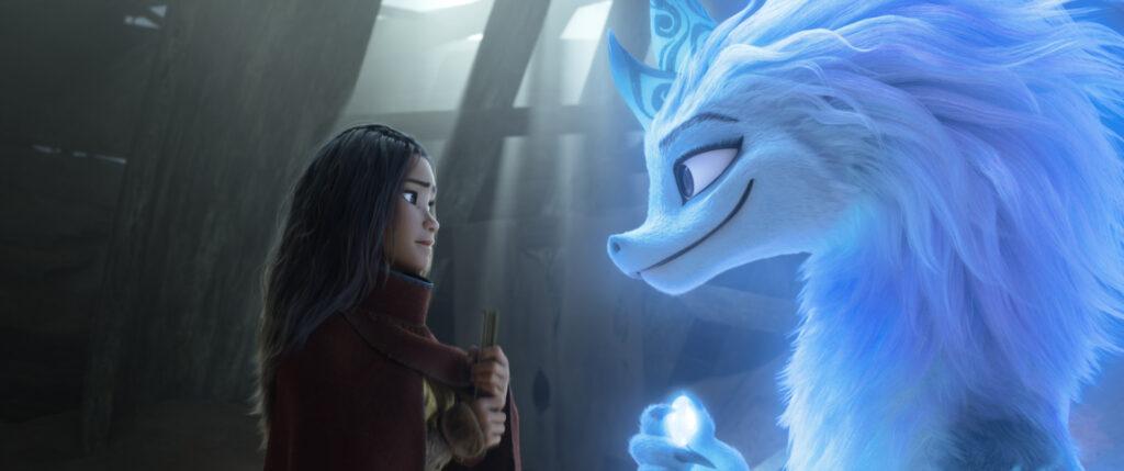 Raya (Kelly Marie Tran) und der Drache Sisu (Awkwafina) stehen sich in Raya und der letzte Drache das erste Mal gegenüber.