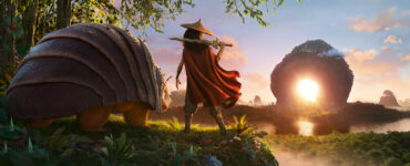 Raya (Kelly Marie Tran) und Tuk Tuk (Alan Tudyk) blicken auf das imposante Reich in Kumandra in Raya und der letzte Drache.