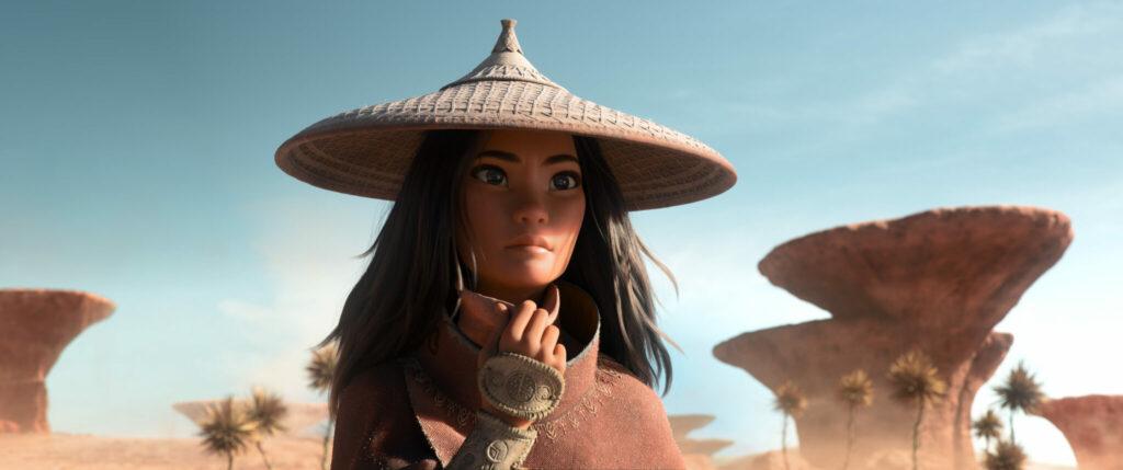 In Raya und der letzte Drache blickt Raya (Kelly Marie Tran) in einer Wüstenlandschaft in die Ferne, auf der Suche nach Drachenmagie.