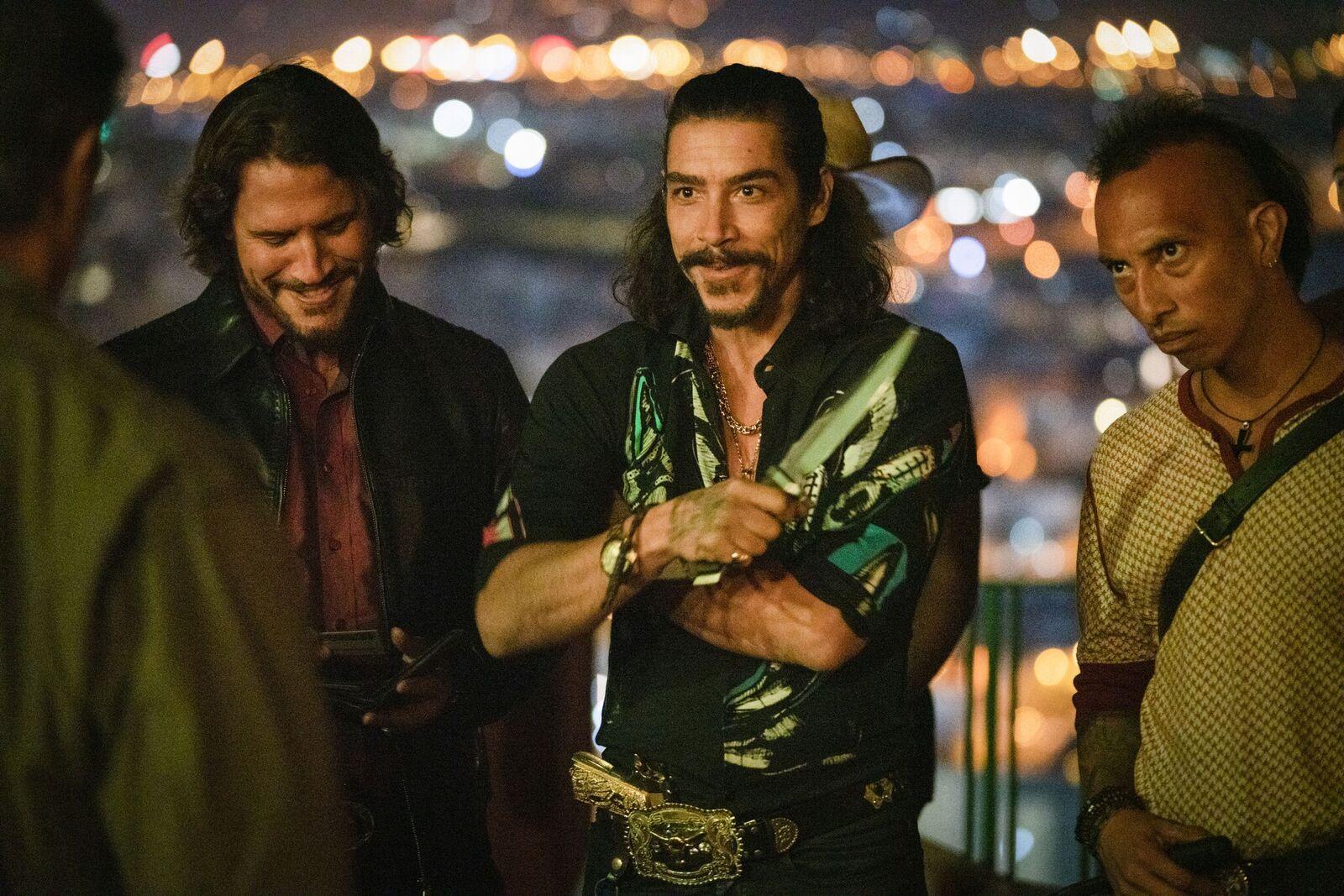 Rambo (Sylvester Stallone) steht in Mexiko drei bewaffneten Gangstern gegenüber © Universum Film