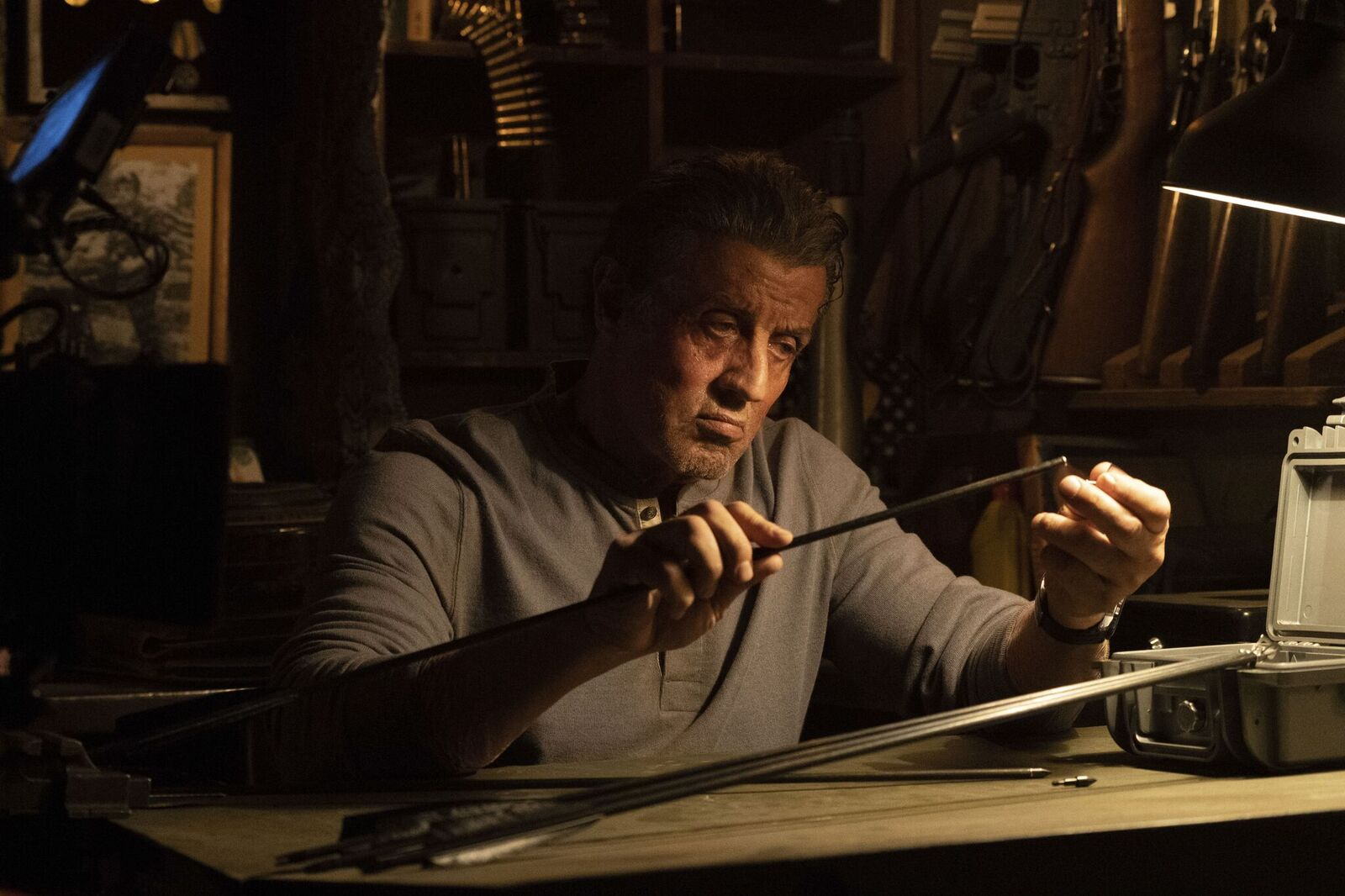 John Rambo (Sylvester Stallone) bereitet Pfeil und Bogen vor, um die entführte Enkelin seiner Haushälterin zu retten © Universum Film