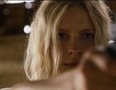 Harper Zeuge (Annabelle Dexter-Jones) wehrt sich in Ravage - Einer nach dem anderen mit Waffengewalt gegen ihre Peiniger