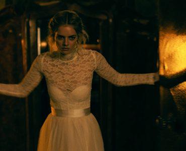 Grace (Samara Weaving) öffnet in Ready or Not erzürnt eine Tür