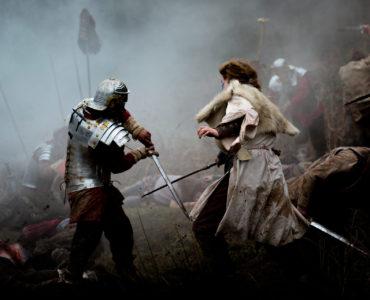 Waliser und Römer im wilden Kampf, die Luft ist rauchverhangen.