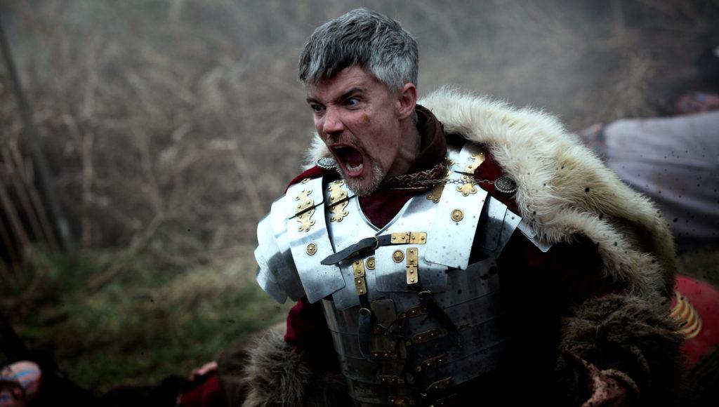 James Groom spielt den römischen General, der sich in Rebellion - Der Zorn des Römischen Reichs in einen Kampfwahn steigert.