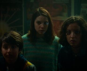 Die Studentin, der Teenie und das kleine Kind sehen sich im Vorführraum dem Killer gegenüber - Red Screening