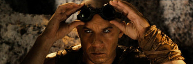Riddick (Vin Diesel) setzt seine Fähigkeit im Dunkeln zu sehen ein. Er zieht dazu seine Brille ab und blickt einfach mit seien speziellen Augen in die Dunkelheit. - Riddick-Podcast