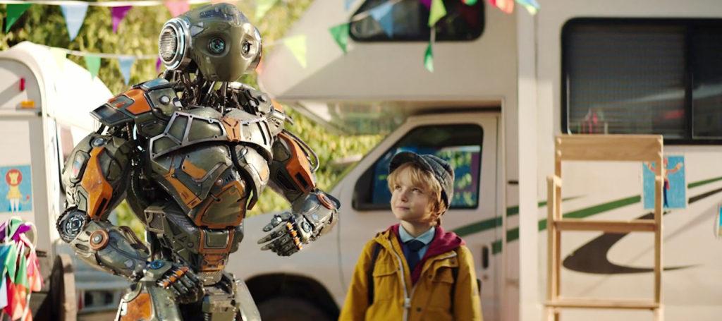 Robo und Mitya stehen vor einem Wohnwagen.