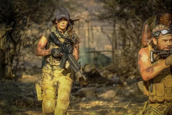 Samantha O'Hara (Megan Fox) kämpft sich mit ihrem Söldnertrupp vollbewaffnet durch die kompromisslose Wildnis Afrikas