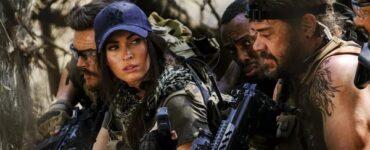 Samantha O'Hara (Megan Fox) lauert mit ihrem Söldnertrupp im Hinterhald und gibt ihnen in Rogue Hunter Anweisungen.