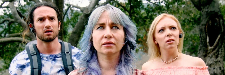 Tyler Gallant, Elissa Dowling und Sarah French stehen nebeneinander und schauen erstaunt nach oben. Im Hintergrund sind Bäume zu erkennen.