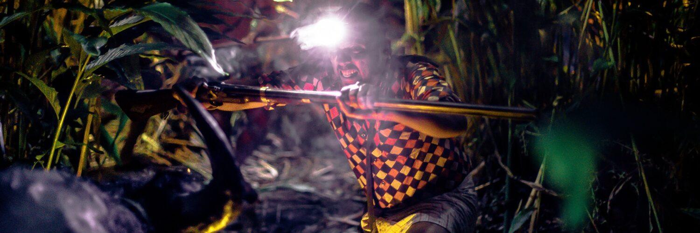 Kuttachan, mit einer starken Stirnlampe und einem Stock bewaffnet, hat den Stier nachts gestellt - Zorn der Bestien - Jallikattu