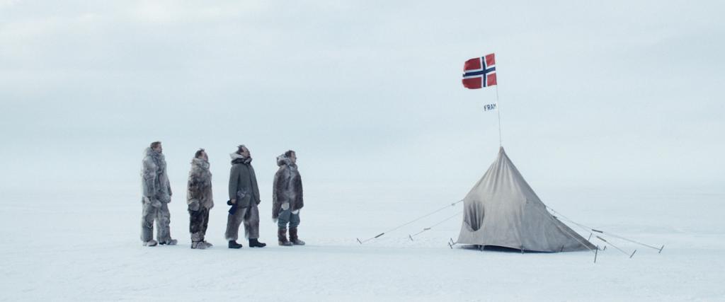 Entdecker am Südpol, schauen auf die norwegische Flagge in Amundsen - Wettlauf zum Südpol
