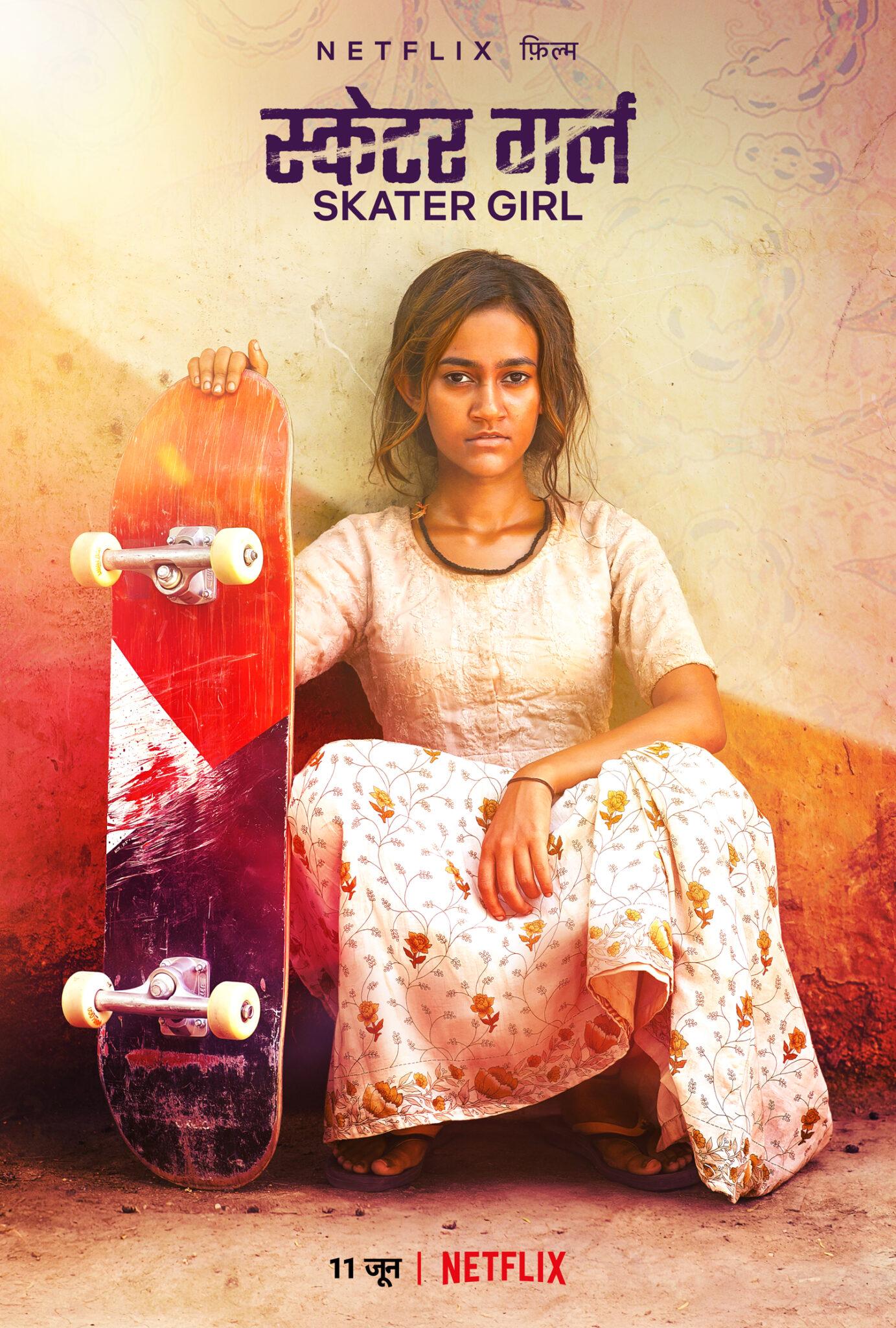 Das Poster von Skater Girl zeigt die Protagonistin Prerna vor einer Wand kniend mit einem roten Skateboard in der Hand.