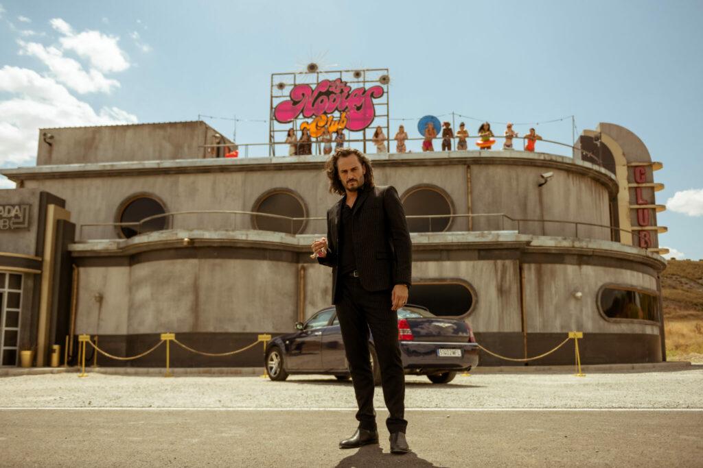 Asier Etxeandia steht als Pimp vor seinem Puff in der Pampa - Neu auf Netflix im März 2021