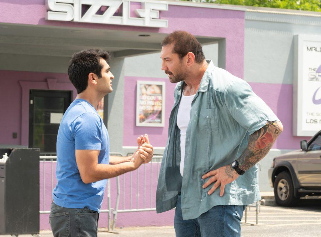 Kumail Nanjiani als Stu Prasad und Dave Bautista als Vic Manning auf einem Parkplatz, Stuber - 5 Sterne Undercover