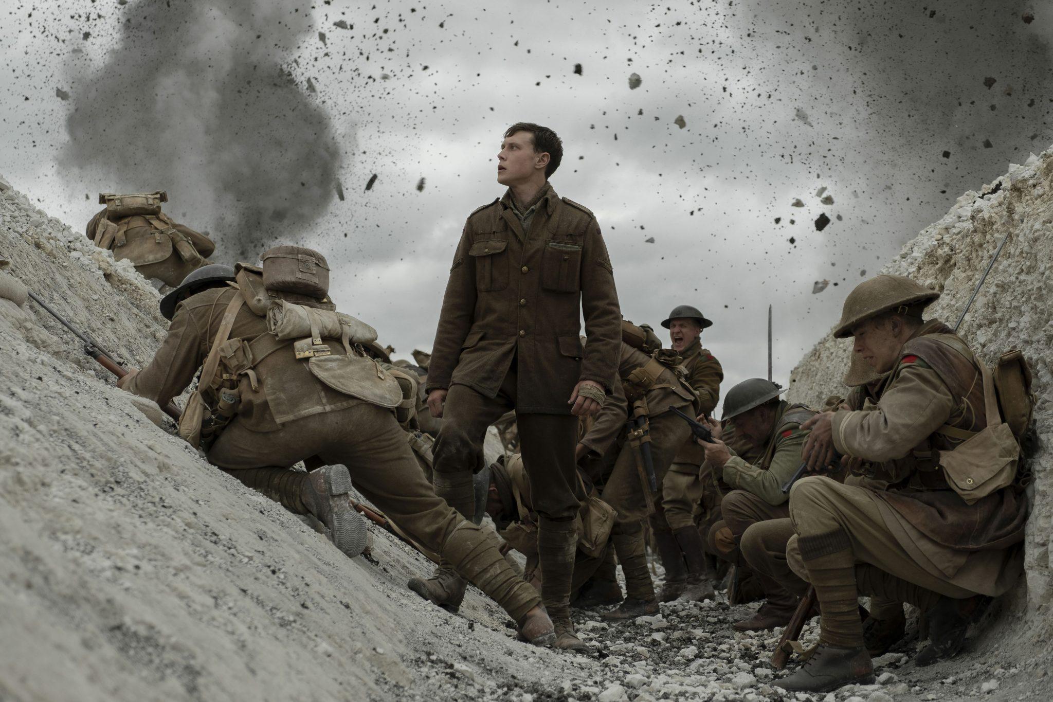 Dreckt fliegt durch einen Schützengraben mit angsterfüllten Soldaten im Film 1917